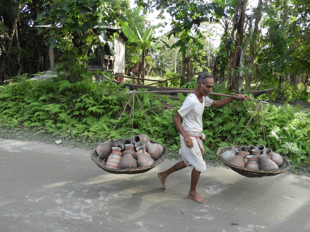 Vieil homme transportant des pots